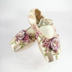 beautiful ballet pointe shoes my Emma would love these. Pointe Shoes, Ballet Shoes, Dance Shoes, Toe Shoes, Ballerina Shoes, Bridal Shoes, Wedding Shoes, Shoe Crafts, Decorated Shoes
