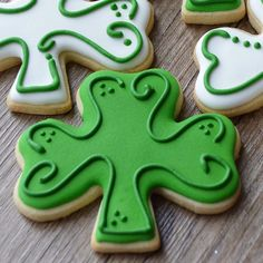 A sneak peek at my St Patrick's Day cookies. Thanks for the tutorial on turning a ice cream cone… Cookies Cupcake, St Patrick's Day Cookies, Iced Sugar Cookies, Galletas Cookies, Cupcakes, Fancy Cookies, Cut Out Cookies, Cute Cookies, Easter Cookies
