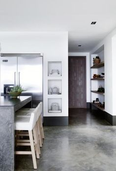 Plaster open shelving in a modern minimal kitchen with polished concrete floor. 46 Modern Decorating Ideas Inspired by Piet Boon - Hello Lovely Kitchen Interior, New Kitchen, Kitchen Decor, Minimal Kitchen, Cuisines Design, Concrete Floors, Concrete Bench, Concrete Kitchen, Kitchen Flooring