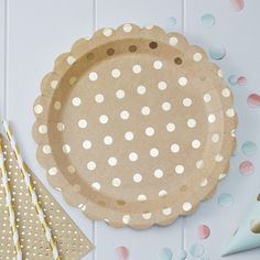 These fun paper plates have a scalloped edge and shiny gold foil dots on a natural Kraft finish. Pack includes 8 plates Diameter: 9 inches Ginger Ray