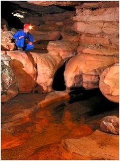 La cueva Ojos de Cristal es una caverna que se localiza en la parte venezolana del monte Roraima, en el Parque Nacional Canaima del estado Bolívar, cerca de la frontera con Brasil. Monte Roraima, Other Countries, Mount Rushmore, Mountains, Country, Nature, Painting, Beautiful, Cave