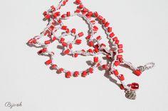 Collana-bracciale beige all'uncinetto con perline in legno color corallo. 14€
