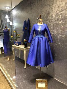 b2a24e57f Nuestro escaparate se viste de azul con maravillosos vestidos de Manu  Garcia Costura