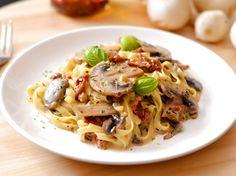 Gombás-szárított paradicsomos tészta Cheddar, Spaghetti, Ethnic Recipes, Foods, Food Food, Food Items, Cheddar Cheese, Noodle