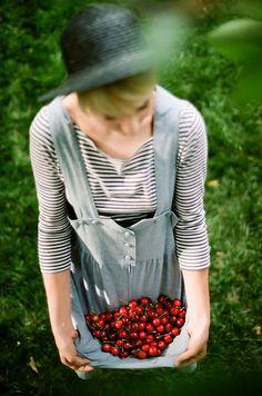 cherry picking, sounds like fun! Gardening Magazines, Gardening Books, Flower Gardening, Gardening Apron, Indoor Gardening, Lifestyle Fotografie, Cherry Picking, Perfect Plants, Slow Living