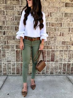 Olive green pants outfit leopard flats autumn summer, fall, olive pants out Olive Green Pants Outfit, Army Green Pants, Outfit Work, Outfits With Olive Pants, Work Outfits, Army Pants Outfit, Colored Jeans Outfits, Rainy Day Outfit For Work, Flats Outfit