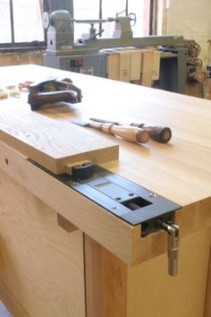 PFW Proj: Workbench tail vise course Inset Vise as End Vise The new Inset Vise by Veritas is a non-traditional tail vise. It works quite well for most of the tasks served by a traditioinal tail vise. Its ease of installation lets us offer this course as a 3-day or 6-evening class.