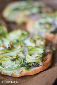 Mini Spargel Pizza mit Basilikum Tupfen | Das Knusperstübchen