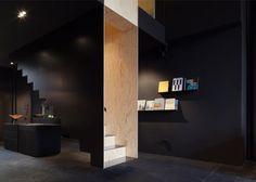 Bazar Noir par Hidden Fortress - L' objet escalier devient espace au sein de l'espace