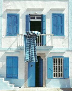 We would love this blue and white home for the summer! .... Makes me what to go away for holiday :D