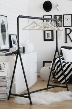 { black rack, white hangers } For a guest room Ikea, Decoration Inspiration, Interior Inspiration, Inspiration Dressing, Room Wall Decor, Bedroom Decor, White Hangers, Bedroom Storage, Home Interior