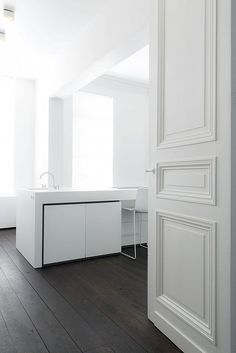 Studio Niels™: Authentiek HerenHuis Maastricht 2 Note - the doors and trim Modern Interior Design, Interior Styling, Interior Architecture, Interior And Exterior, Interior Decorating, Kitchen Interior, Kitchen Design, Kitchen Ideas, White Apartment