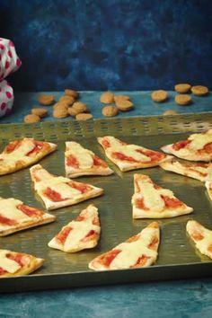 Making pizza for Sinterklaas - recipe - Allerhande - Make pizza with Sinterklaas? Yes please! It& not a joke, this is Sint& favorite snack! Healthy Chicken Dinner, Healthy Breakfast Recipes, Healthy Christmas Recipes, Food Art For Kids, Healthy Recipe Videos, Best Chicken Recipes, Football Food, Partys, Food Humor