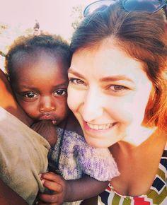 Ana'nın ailesinin çalıştığı tarlayı ziyaret ettik. Büyükler iş konuşurken Ana hiç keyfini bozmadan annesinin memesini çıkararak emmeye başladı:) Ben de bu tabloya ortak olmak istedim:) Yaşasın doğal yaşam! #Ana #bebek #afrika #gambiya #sendegelderneği #tarla #emek by demetatagun @enthuseafrika