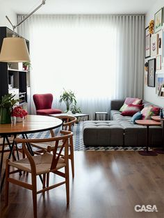 SOFÁ MODULAR. Trazido na mudança, o móvel (Tok & Stok) tinha apenas dois lugares. Na nova casa, recebeu o terceiro assento e o pufe – esse último delimita o espaço entre estar e jantar.