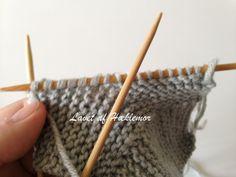 Hæklemors opskrift på retstrikkede babyfutter | Hæklemor Baby Knitting Patterns, Crochet Pattern, Designer Baby, Baby Leggings, Drops Design, Precious Moments, Diy Baby, Triangles, Fingerless Gloves