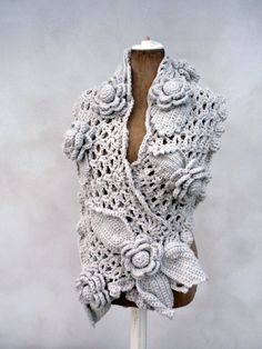 Coup de foudre - la reine du froid SKLADEM !!! Překrásná luxusní šála, varianta sivá, háčkovaná... Akryl 80 %, vlna 20 %. cca 135 x 30 cm Na přání !!! Dle Vašich představ do týdne k odeslání... Cena se odvíjí podle zvoleného materiálu... Na přání Vám udělám ve stejném stylu např. pončo, vestu, svetřík, nákrčník, ... Vánoce s blíží, milí zákazníčci, pokud ...