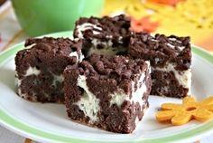 Kakaovo-tvarohové řezy připravené ze ztuhlého, kakaem ochuceného, těsta nastrouhaného na struhadle a tvarohové náplně zlehčené sněhem z bílků. Cakes, Food, Cake Makers, Kuchen, Essen, Cake, Meals, Pastries, Cookies