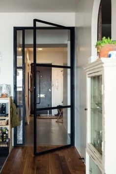 Idea for service yard door: 在單扇門左方加製一片細長隔窗,增添視覺上不對稱的線條趣味。