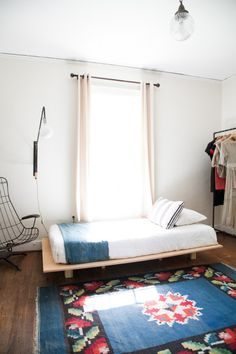 Home of Elise from Pennyweight, love the carpet, the lamp, the bed... everything!
