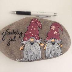 Glædelig jul til alle jer ❤️ Merry Christmas to all of you❤️#miesteen #minesten #maledesten #paintetstones #sten #nisser #jul #christmas #rocks #poscapens #poscaart #miesteen #stonepainting #paintetstones