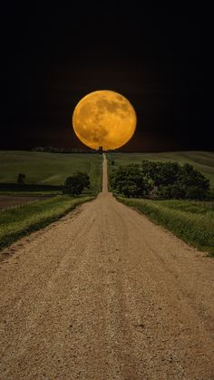 Sometimes, you get lucky and a great shot presents itself to you. However, you shouldn't resort to Photoshop! Beautiful Moon, Beautiful World, Beautiful Places, Beautiful Roads, Beautiful Wife, Dakota Do Sul, South Dakota, North Carolina, Pretty Pictures