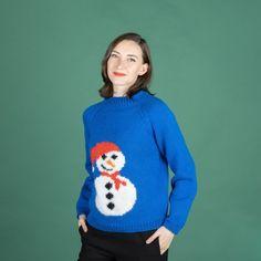 Ho, ho ho! Älskar du julen lika mycket som vi gör? Då måste du nästan sticka denna fina jultröja. Tröjan är stickad i våra härliga garner Malaga och Mohair Deligh Den fina snögubben stickas med tekniken Intarsia, så denna tröja är för den erfarna stickaren. Stickfasthet: 17 maskor och 24 varv på 10 cm på sticka 5.0 mm i slätstickning. Mycket nöje! #hobbiidesign #hobbiijudith #hobbiimalaga #hobbiimohairdelight Malaga, Easy Knitting Patterns, Free Knitting, Crochet Patterns, Knit Or Crochet, Crochet Hooks, Judith, Yarn Stash, Labor