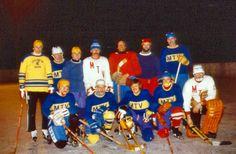 Folgende Spieler wagten den Einsatz auf dem Eis: Erich Beausencourt, Hansi Grötz, Georg Scharpf, Simon (Gaugg) Rauch, Georg Haslauer, Franz (unser Eishockey-Profi) Sanktjohanser, Blatte Blazek, Hansi Scharpf, Hansi Knoller, Michael Sepperl, Toni Wolf und der Goalie Helmut Beausencourt.