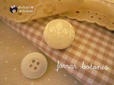 La verdad es que es muy fácil forrar botones a mano y con muy buenos resultados.Muchas veces he pensado compraruna de esas máquinas para forrar botones y que no dudo que deben ir muy bien, pero al final nunca me he decidido. Sólo necesitamos un botón, en este caso uno sencillo y plano, la tela con la que lo queramos forra ... Sewing Hacks, Sewing Tutorials, Sewing Projects, Dorset Buttons, Sewing Stitches, Button Crafts, Fabric Jewelry, Love Sewing, Sewing For Beginners