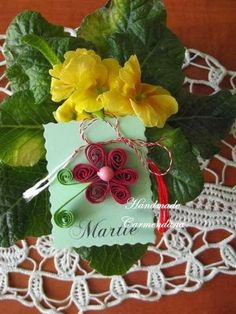 Martisor Quilling, Handmade Cards, Christmas Ornaments, Holiday Decor, Bedspreads, Craft Cards, Christmas Jewelry, Diy Cards, Christmas Decorations
