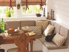 Klimatyczna kuchnia - roleta rzymska w komplecie z poduchami ozdobnymi. Obicia siedzisk z tkaniny, która idealnie pasuje do całości.