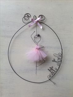 (Build on Stencil Image )Pink ballerina wire art fil di ferro Wire Crafts, Diy And Crafts, Crafts For Kids, Arts And Crafts, Wire Art Sculpture, Metal Sculptures, Craft Projects, Projects To Try, Wire Ornaments