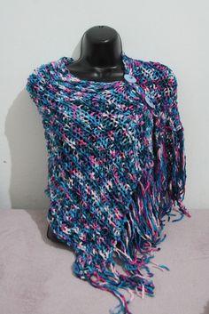 Pelerine trabalhada em trico , tons azul e rosa mesclada. Com dois botoes franjas no lado . Adapta-se ao corpo . R$50,00