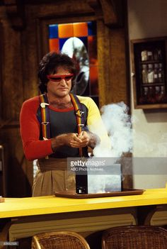 MORK & MINDY - 'Stark Raving Mork' - Season Two - 9/23/79, Mork (Robin Williams) wanted to keep excitement in his relationship with Mindy by starting fights and then kissing and making up.,