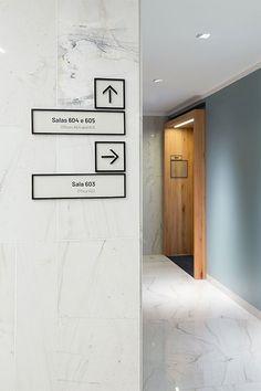 Sinalização JBZ   Núcleo de Design Gráfico Ambiental - NDGA Signage Board, Office Signage, Office Branding, Identity Branding, Visual Identity, Hotel Signage, Environmental Graphic Design, Environmental Graphics, Porte Design