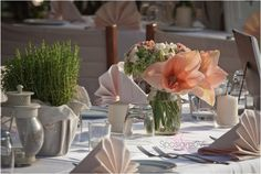 Gorgeous and crisp wedding table with #peach_amaryllis and #aromatic_herb Wedding planning and coordination in #Italy #sposiamovi www.sposiamovi.it/en