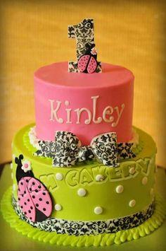 gâteau anniversaire original en vert et rose avec coccinelle et ruban