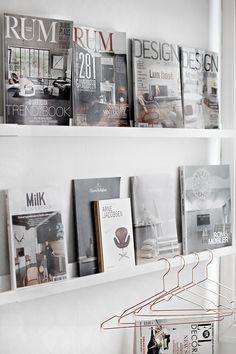 Eventueel voor folders, tijdschriften ed als display op te hangen. - for magazines and coffeetable books + rosegold hangers