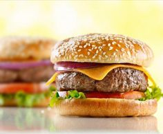 Il cheeseburger è un famoso panino di origine americana che si ritrova nei fast-food di tutto il mondo. Prepararlo in casa è un gioco da ragazzi!