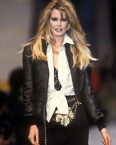 Timeless Fashion Claudia Schiffer for Chanel Spring, 1992 Claudia Schiffer, Irina Shayk, Top Models, Timeless Beauty, Timeless Fashion, 90s Fashion, Fashion Show, Fashion Design, Original Supermodels