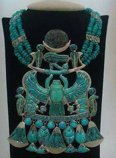 Collar de plata y turquesas encontrado en la tumba de Tutankamón
