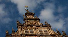 Zwei Tauben turteln auf dem Giebel des Rathauses zu Bremen