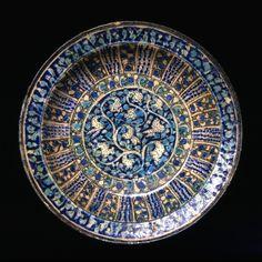 Fad af frittegods bemalet med turkis, blåt og sort under klar glasur. Sultanabad-type Iran; 14. århundredes begyndelse