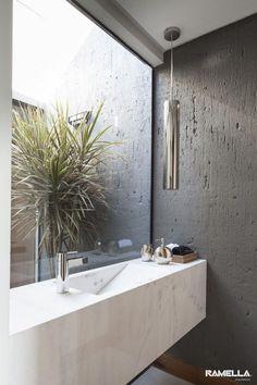 De la lumière naturelle dans la salle de bain