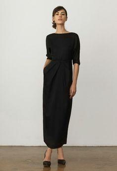 robe longue noire, robe noire fluide avec des manches, escarpins noirs