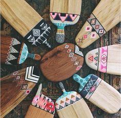 Millie cheeseboard Dot Art Painting, Painting On Wood, Diy Wall Art, Diy Art, Wood Crafts, Diy And Crafts, Diy Wood Stain, Woodcut Art, Pottery Painting Designs