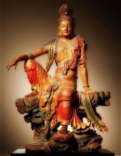 遼代觀音雕像   希臘風格。現藏密蘇里州堪薩斯市 Nelson-Atkins 藝術博物館eated Guanyin Bodhisattva