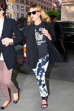 Celebrity Street Style    Picture    Description  Jean Queens: Drew Berrymore     https://looks.tn/celebrity/street-style/celebrity-street-style-jean-queens-drew-berrymore/
