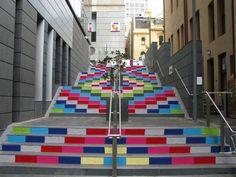 Magda Sayeg é Mexicana e o seu trabalho é conhecido pelo crochê e suas intervenções urbanas. Um dos seus últimos trabalhos foi cobrir uma coluna de 6 andares na loja Dove Street Market (que a VM SPOT mostrou no seu blog recentemente), em Nova York.
