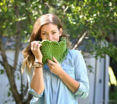 Free crochet pattern to make this cute chunky scalloped cowl! Quick, easy project for beginning crocheters!